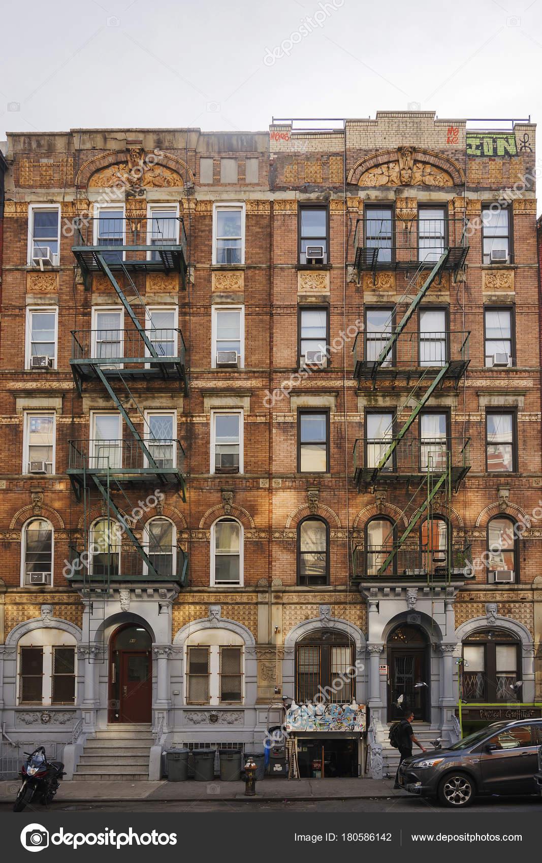 Bloque de vivienda de color café rojizo de ciudad de Nueva York ...