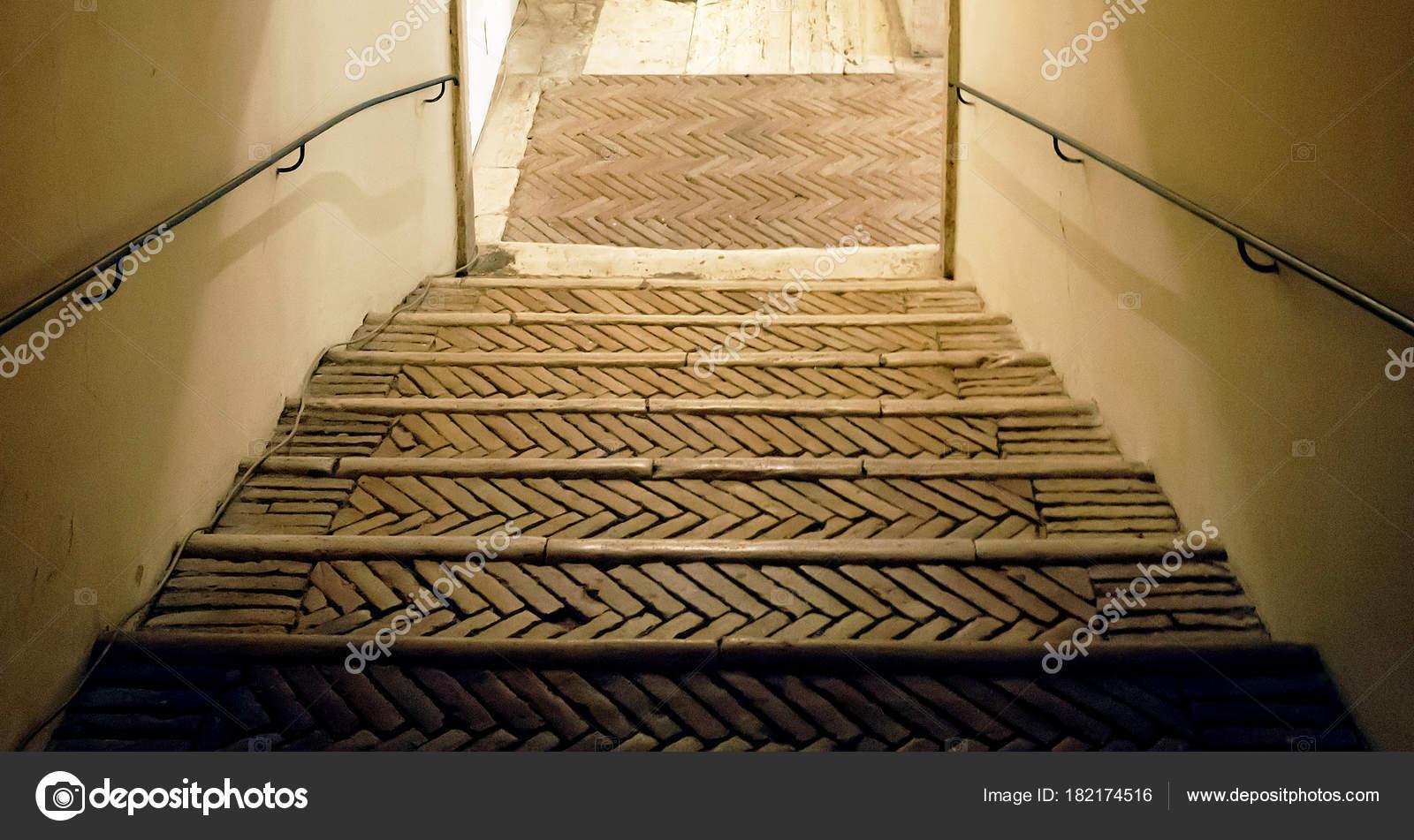 alte fliesen treppe mit eisen-handlauf — stockfoto © rarrarorro
