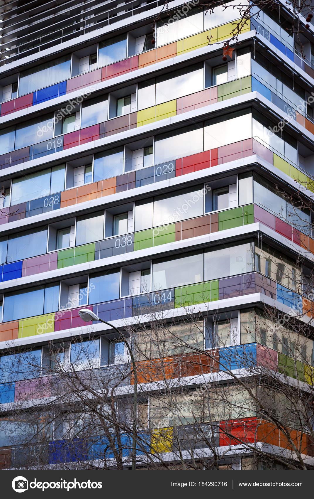 modernes Gebäude mit farbigen und nummerierten Glas Balkone ...