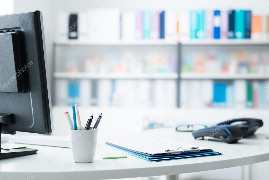 Ricezione Moderna Dellufficio Con Computer E Telefono Mensole