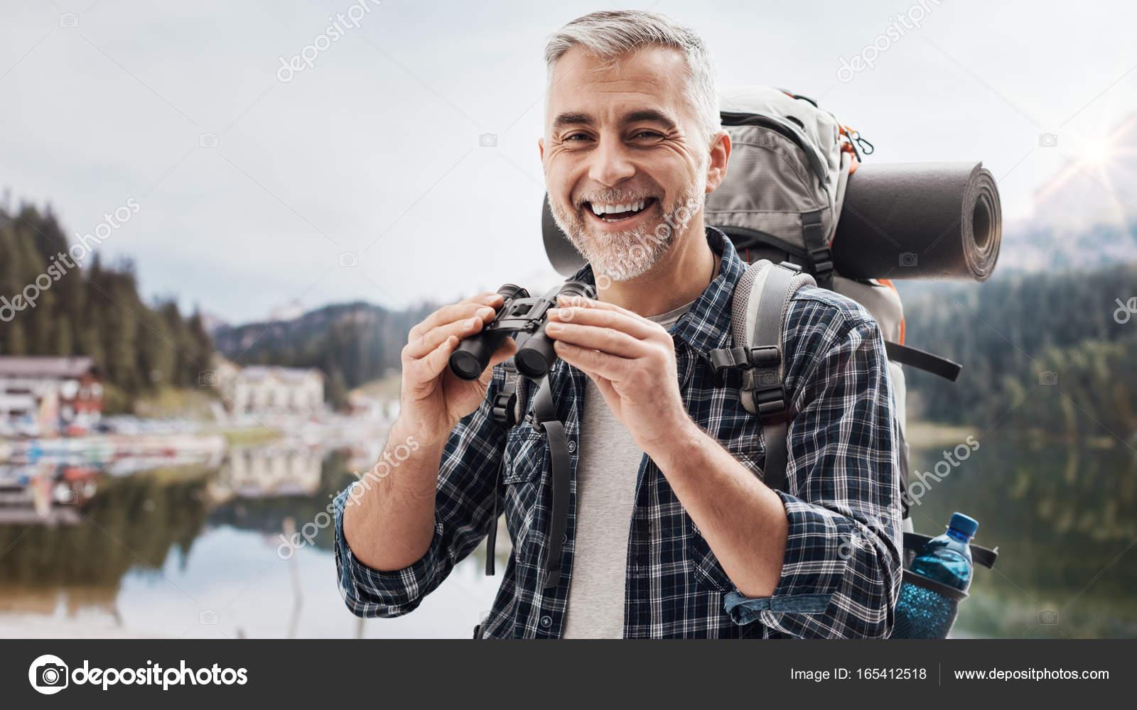 Wanderer mit dem fernglas u stockfoto stockasso