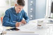 architekt pracuje ve své kanceláři
