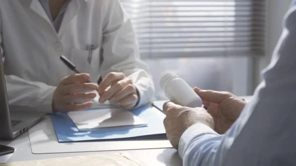 Arzt spricht mit Patient und verschreibt Medikamente