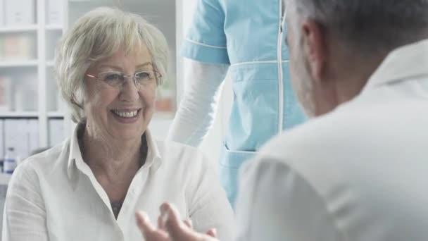 Medizinisches Personal unterstützt einen älteren Patienten