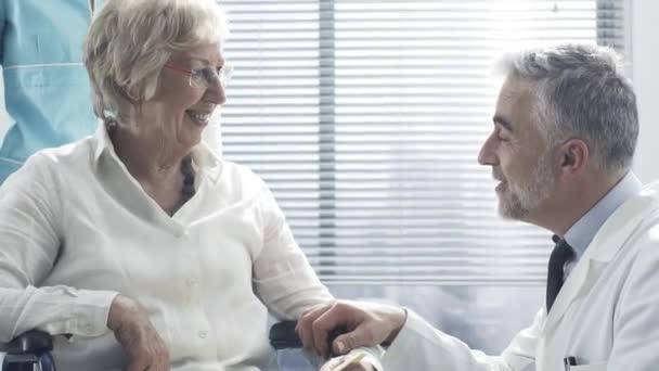 Professioneller Arzt tröstet eine ältere Patientin im Rollstuhl