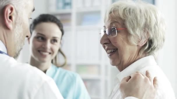 Seniorin im Gespräch mit dem medizinischen Personal der Klinik