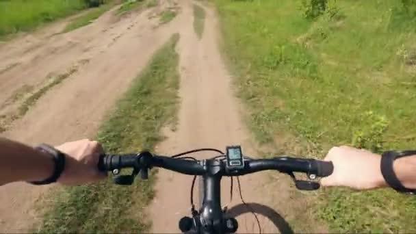 Výlet k horské kolo z first-person ruční kolo a silniční prach