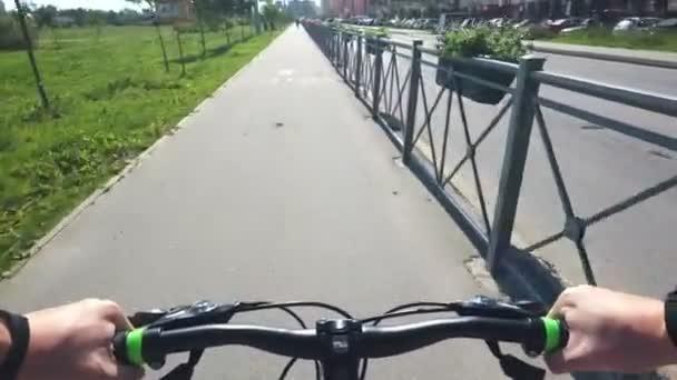 Jízda na kole z první osoby, v parku v létě