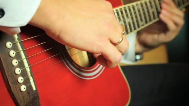 Hat-húros akusztikus gitáron játszik gitáros