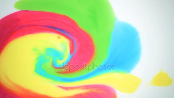 Szép mozgás, élénk színek, a fehér háttér