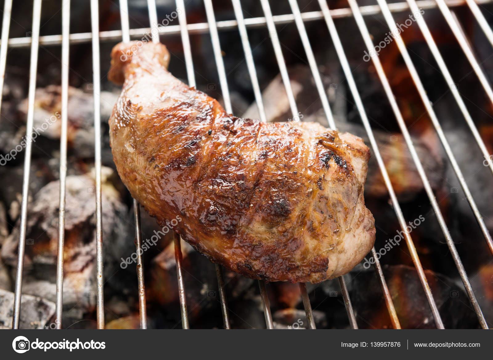 Cuisse De Poulet Grille Sur Les Flammes Sur Un Barbecue