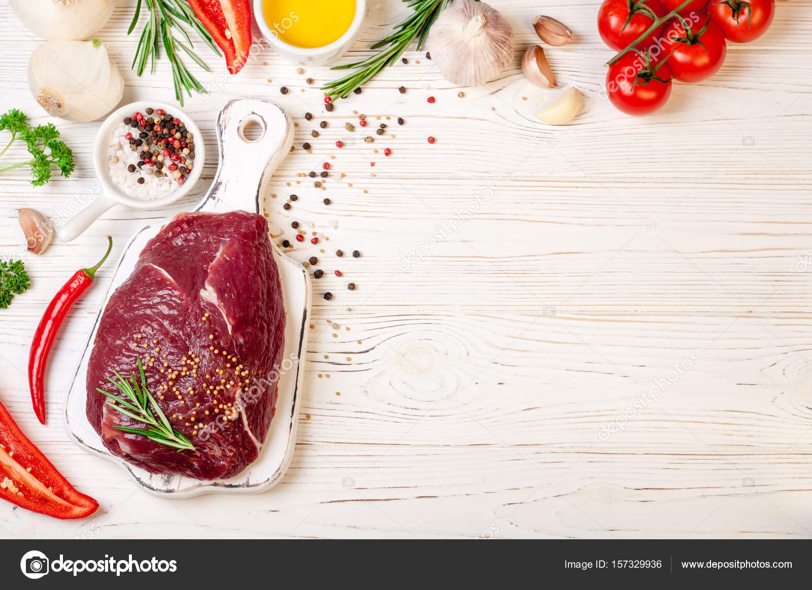 Carne cruda con hierbas, especias y condimentos en fondo blanco ...