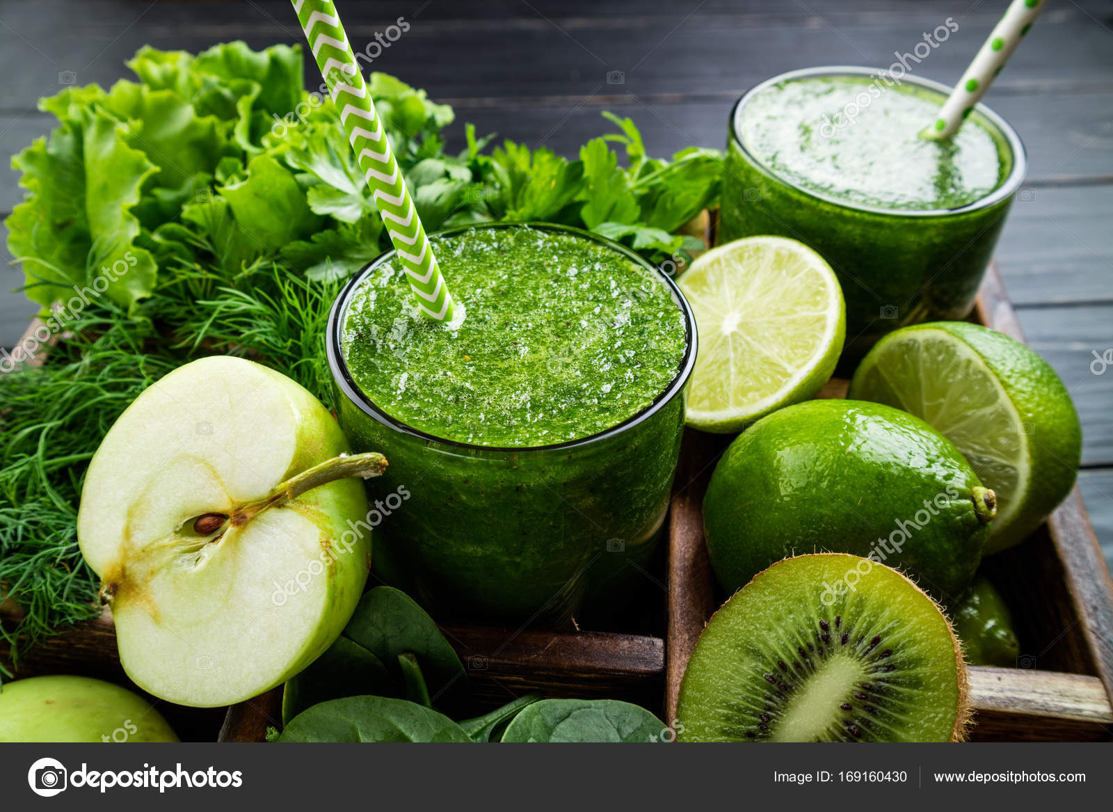 Green smoothie on dark wooden background. Healthy smoothie ...