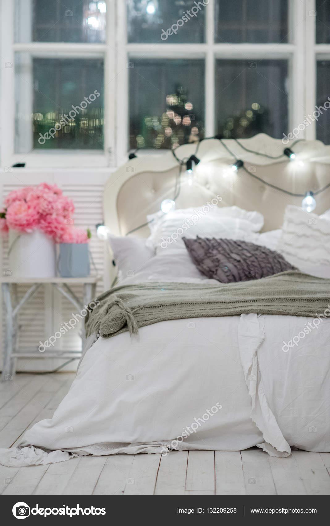 Weiße Gemütliches Bett Mit Vintage Kissen Und Weihnachtsbeleuchtung,  Unschärfe U2014 Stockfoto