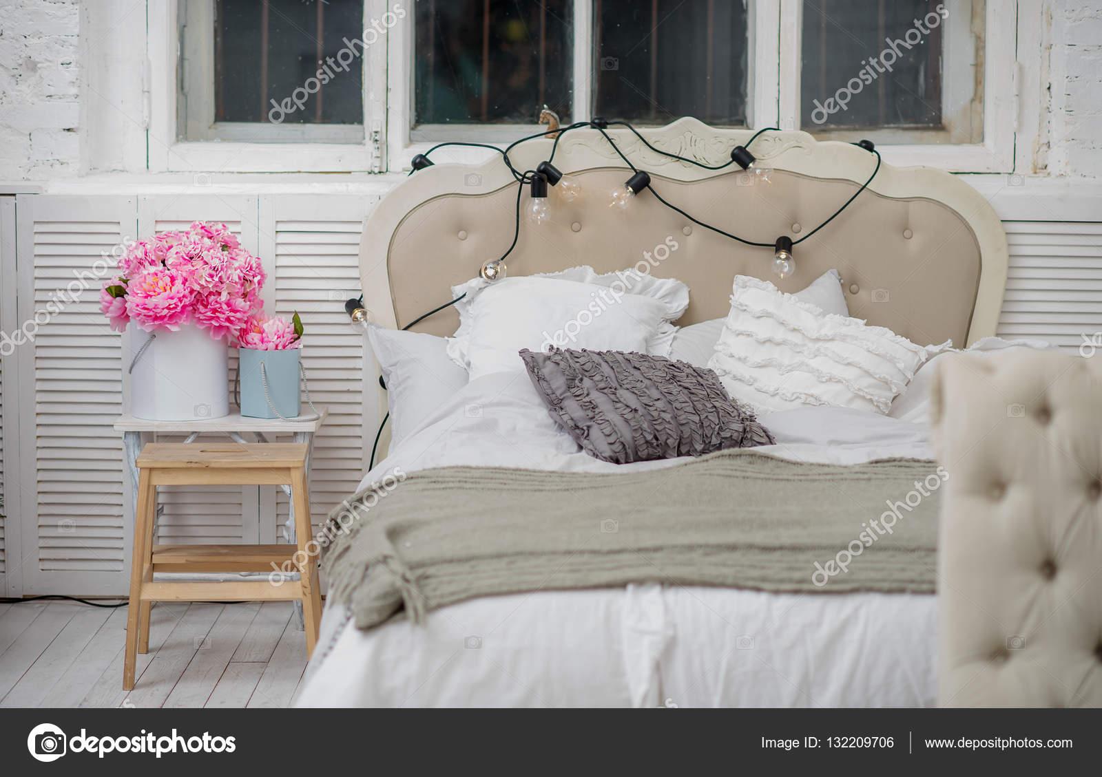 Weiße Gemütlichen Bett Mit Jahrgang Kissen Und Christmas Lights