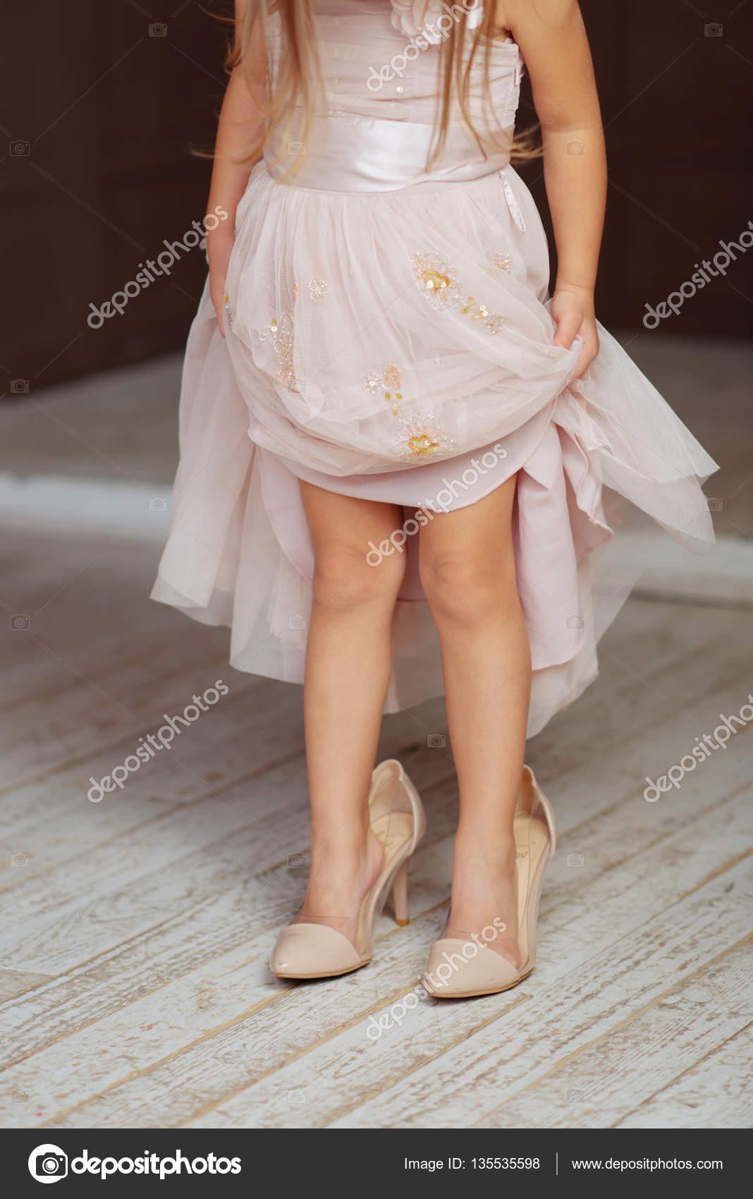 Ein kleines Mädchen Mütter Schuhe — Stockfoto © birthofthequeen ...