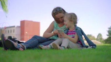 paar und ihre Tochter Spiel mit Fingern im park
