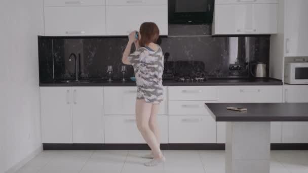Lustige junge Frau tanzen in Küche tragen Schlafanzug morgens ...