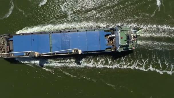 Obecné nákladní loď na moři - letecké záběry
