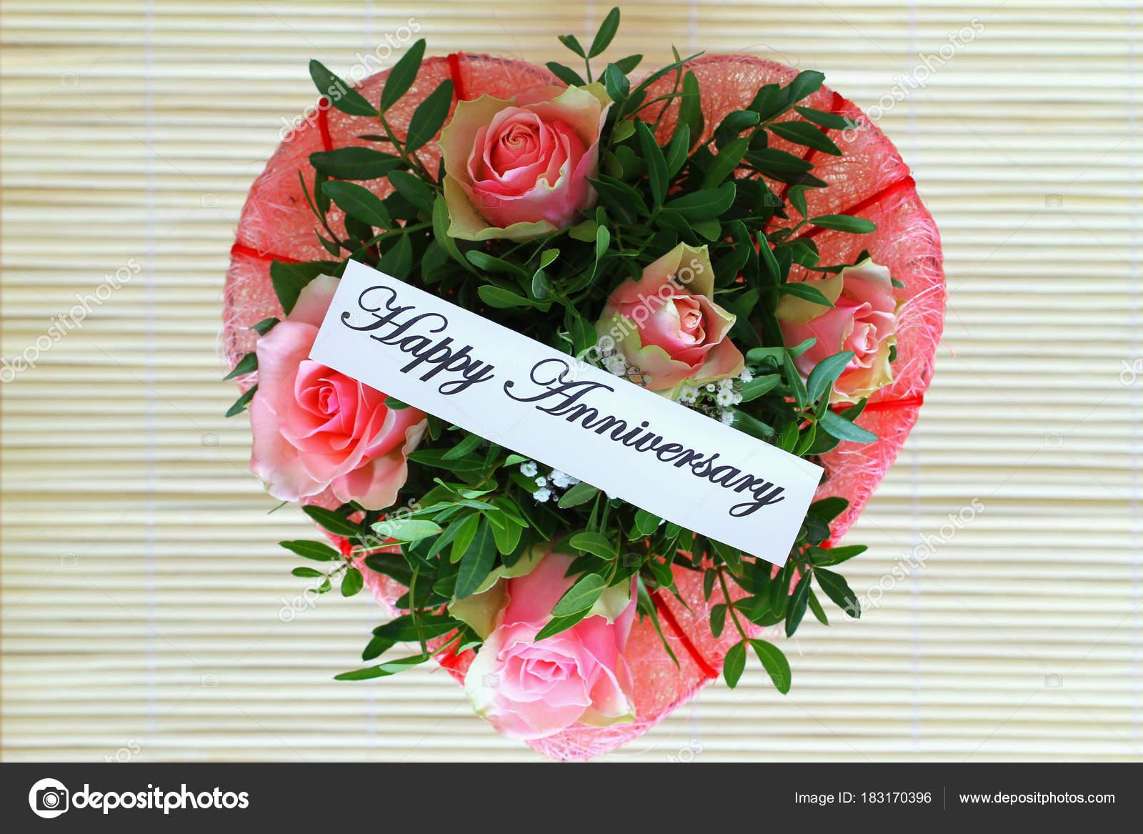carte anniversaire joyeux avec coeur forme bouquet roses roses