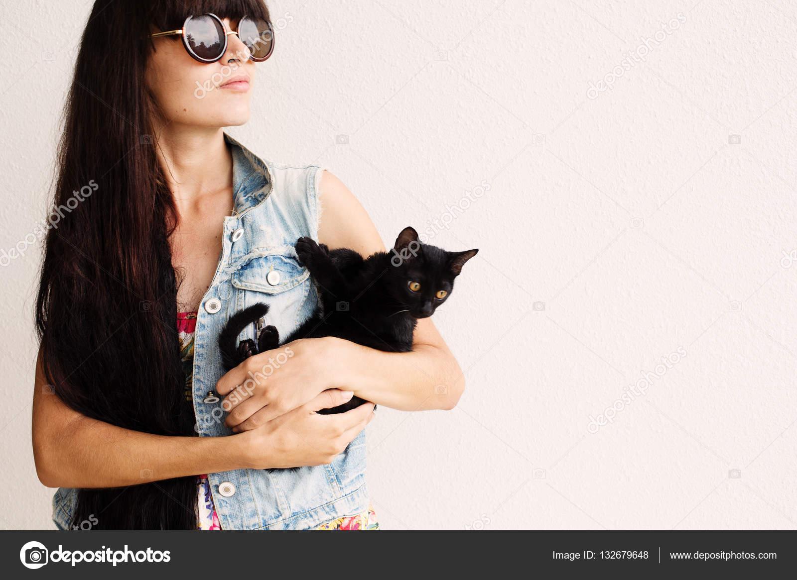 Фото девушки брюнетки а солнечных очках