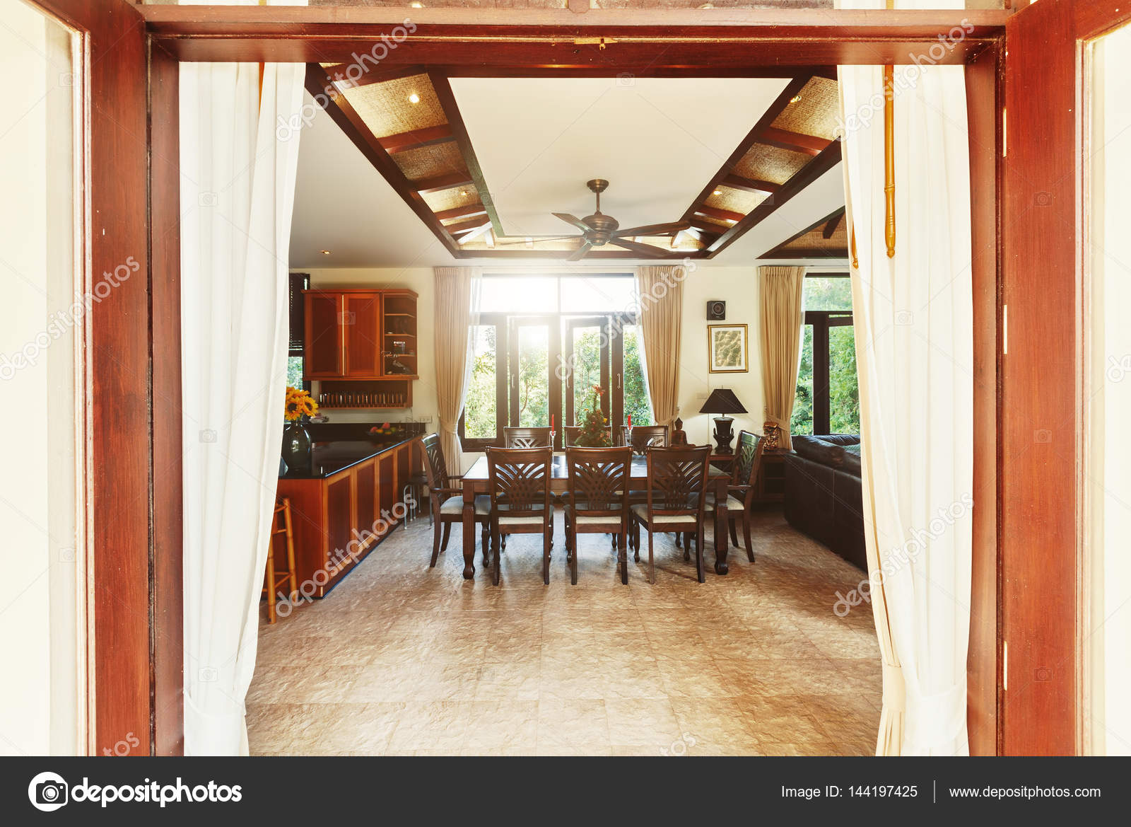 Interieur van de eetkamer in tropische villa u stockfoto