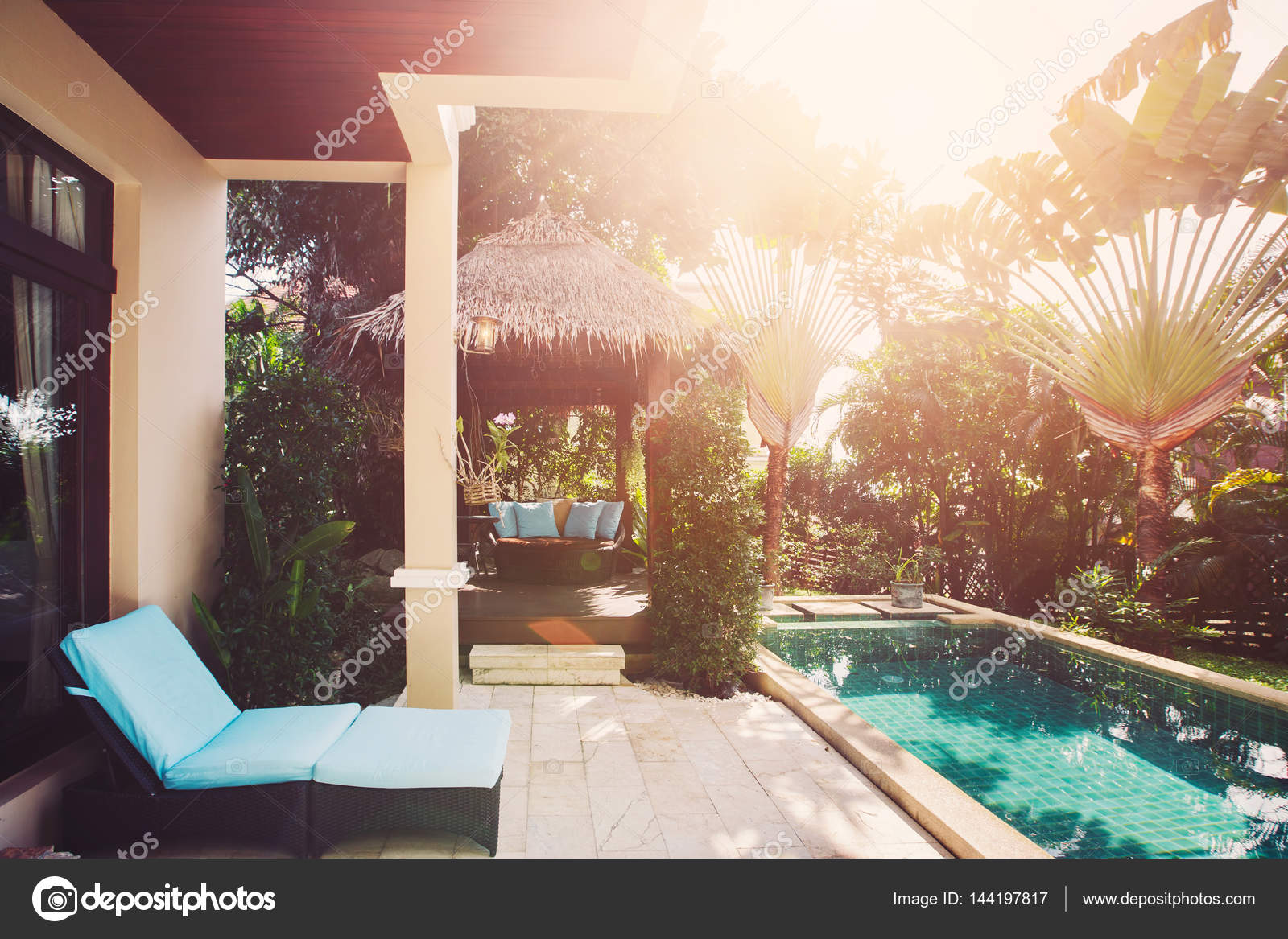 Luxusvilla innen  Luxus-Villa mit Pool-Interieur — Stockfoto © AnnaTamila #144197817