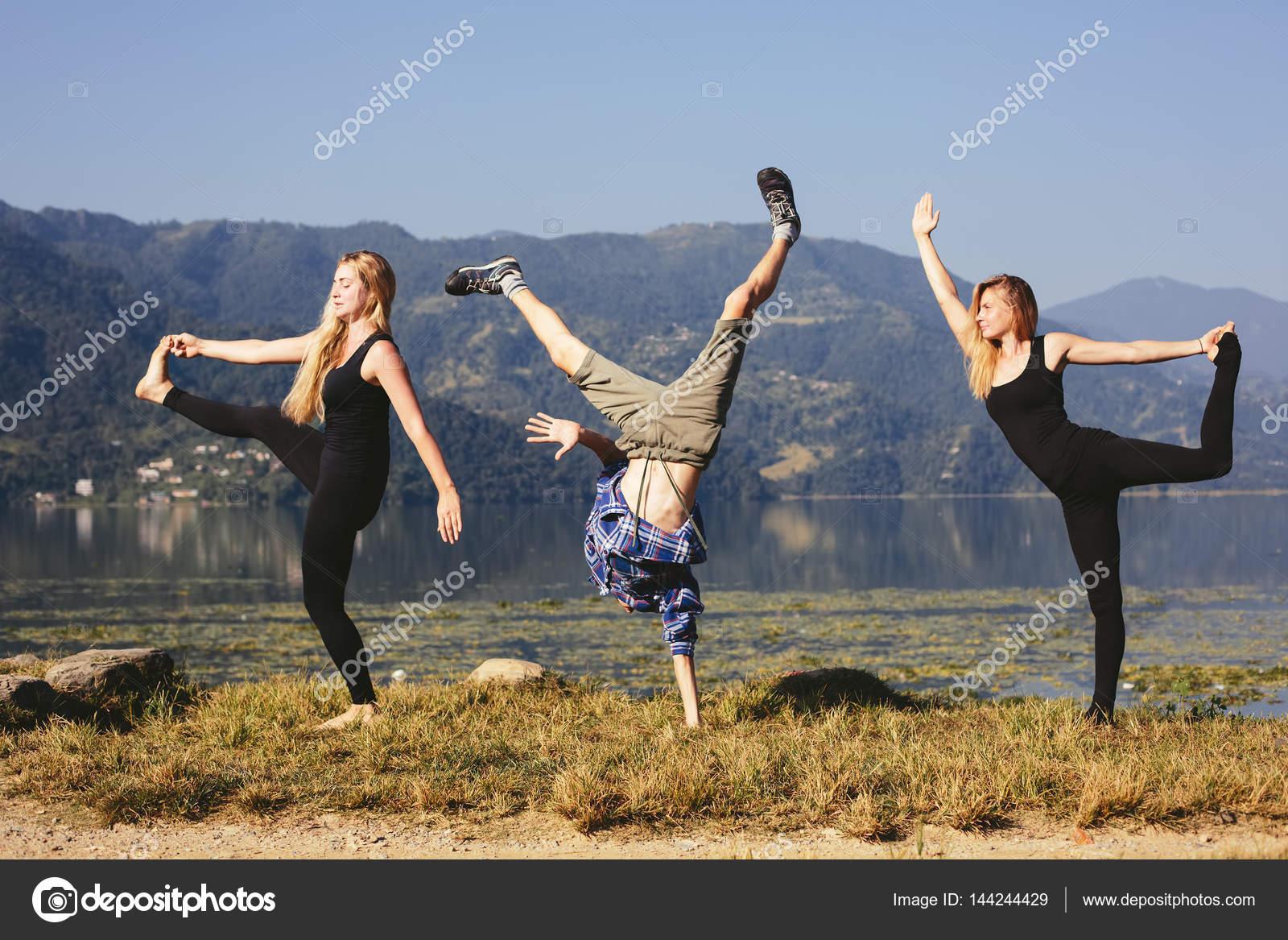 Menschen Glucklich Lustige Yoga Stockfoto C Annatamila 144244429