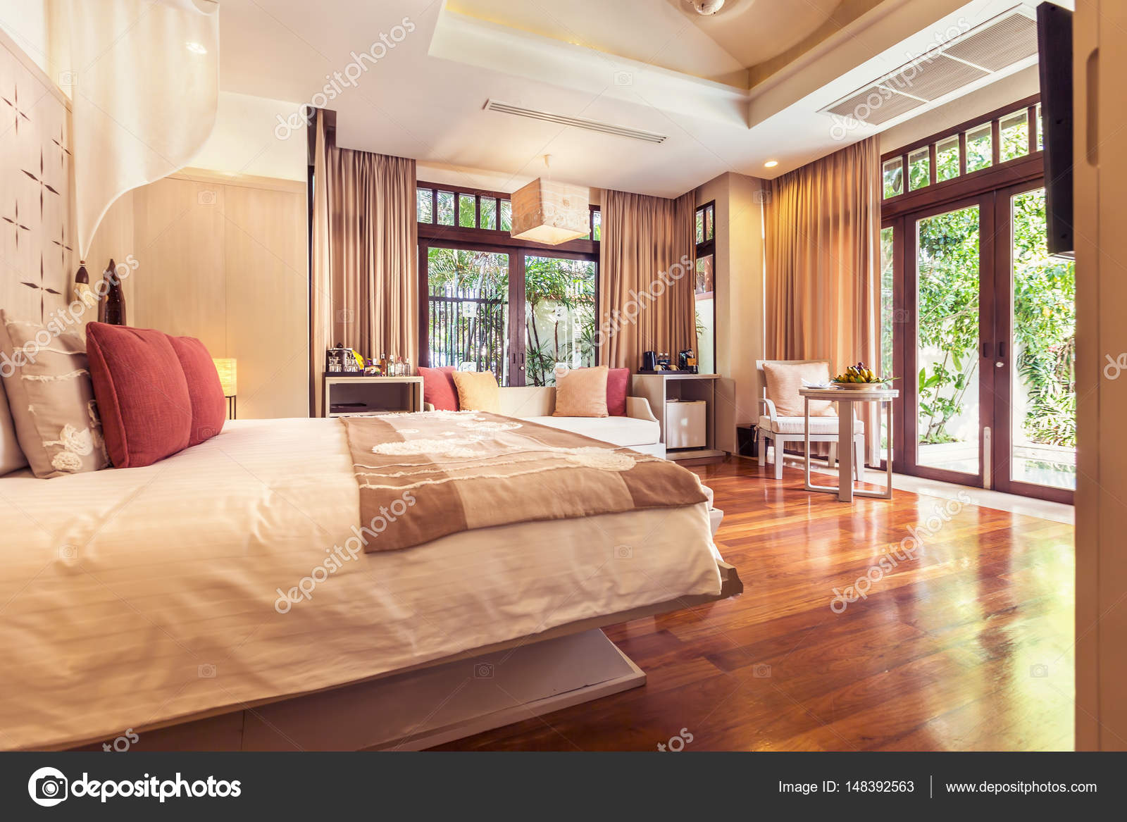 https://st3.depositphotos.com/3915017/14839/i/1600/depositphotos_148392563-stockafbeelding-luxe-slaapkamer-hotel-interieur.jpg