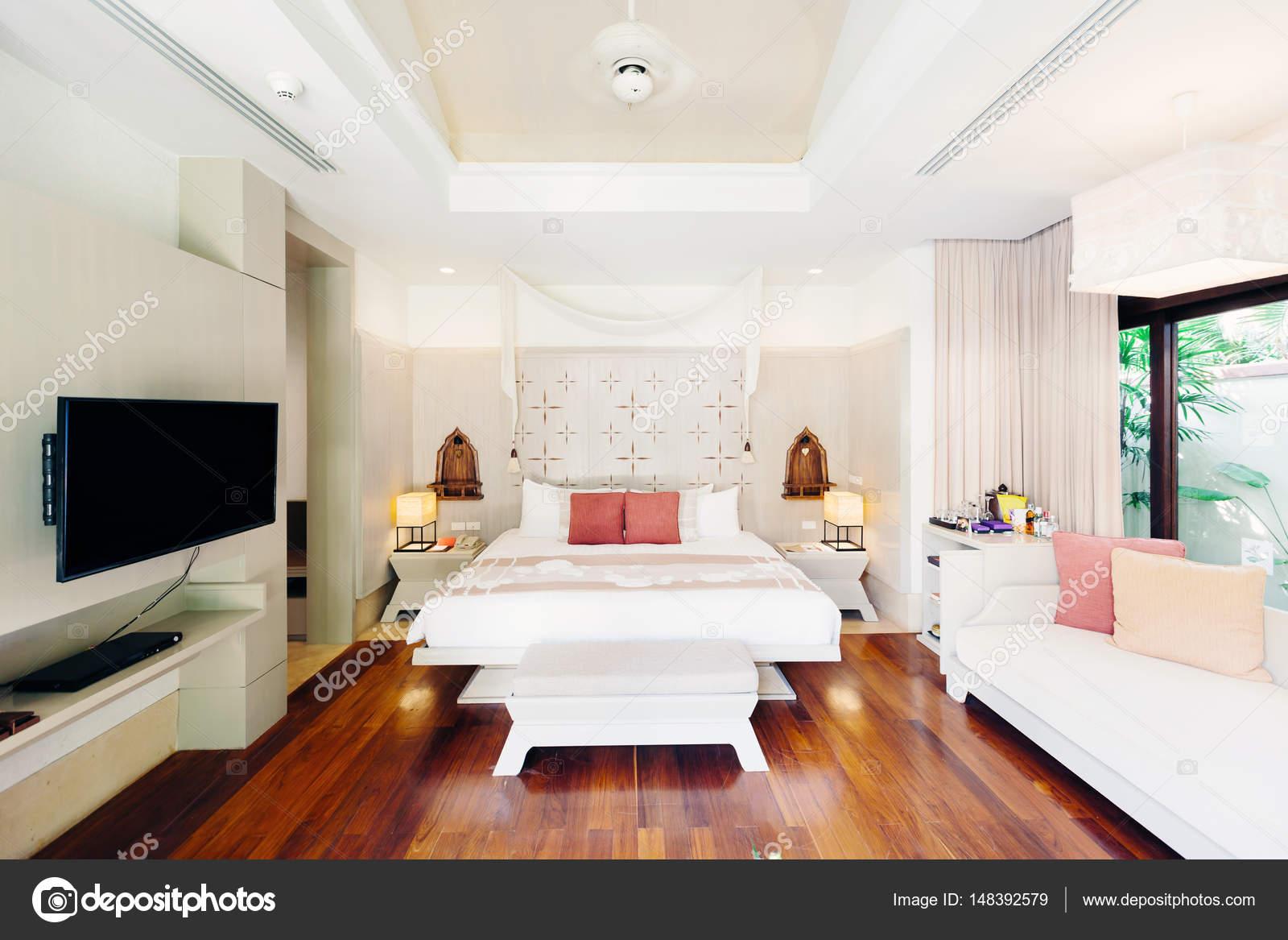 Luxe slaapkamer hotel interieur — Stockfoto © AnnaTamila #148392579