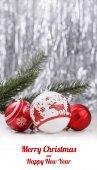 Bílé a červené vánoční ozdoby a jedle větev stromu na třpytky bokeh pozadí s místem pro text. Téma Vánoce a šťastný nový rok