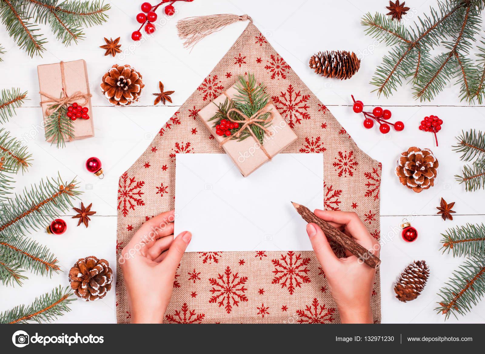 Weibliche Hand Schreiben Einen Brief An Den Weihnachtsmann Auf