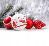 Bílé a červené vánoční ozdoby na třpytky bokeh pozadí s místem pro text. Téma Vánoce a šťastný nový rok