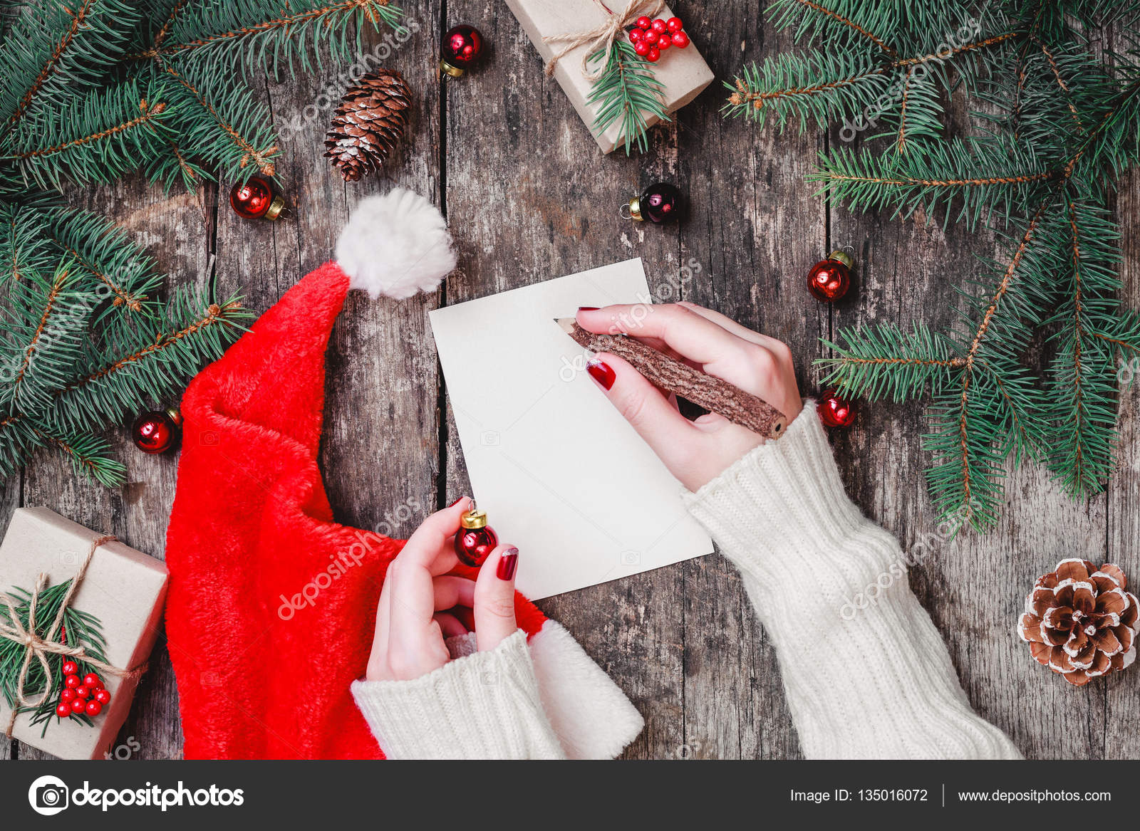 Weibliche Hand schreiben einen Brief an den Weihnachtsmann auf ...