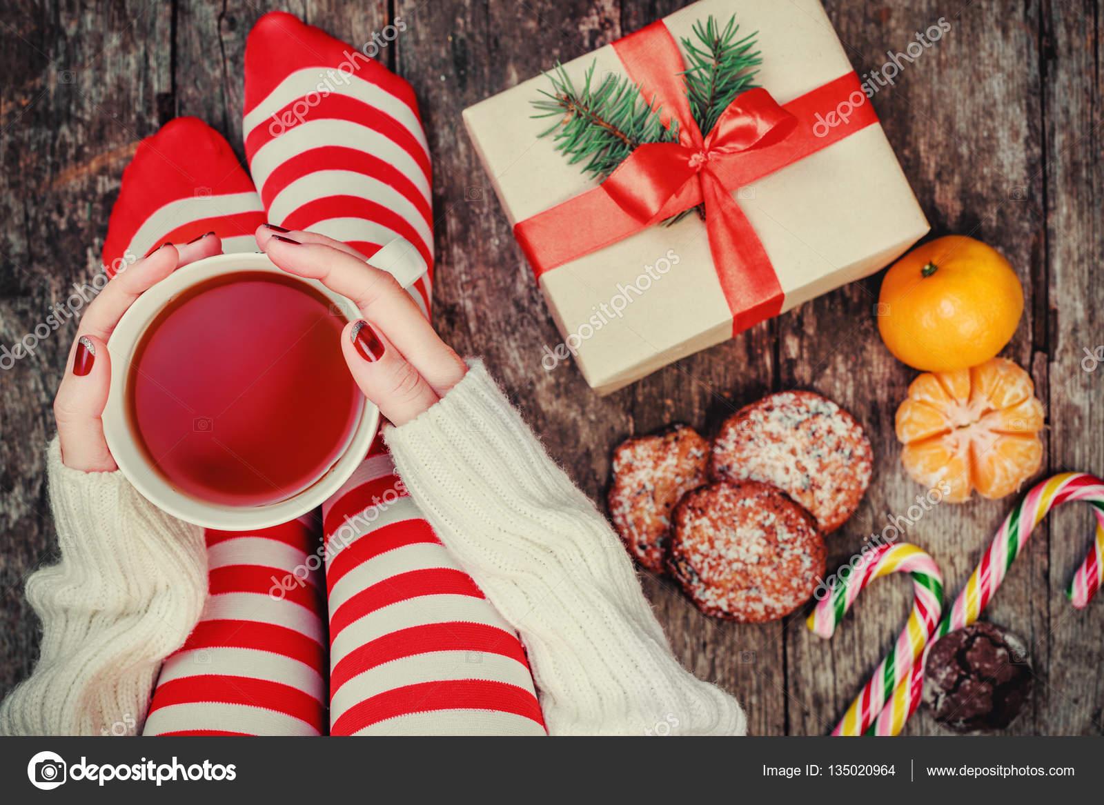 Gezellige Kerst Thuis De Voeten Van De Vrouwen In Kerstmis Kousen