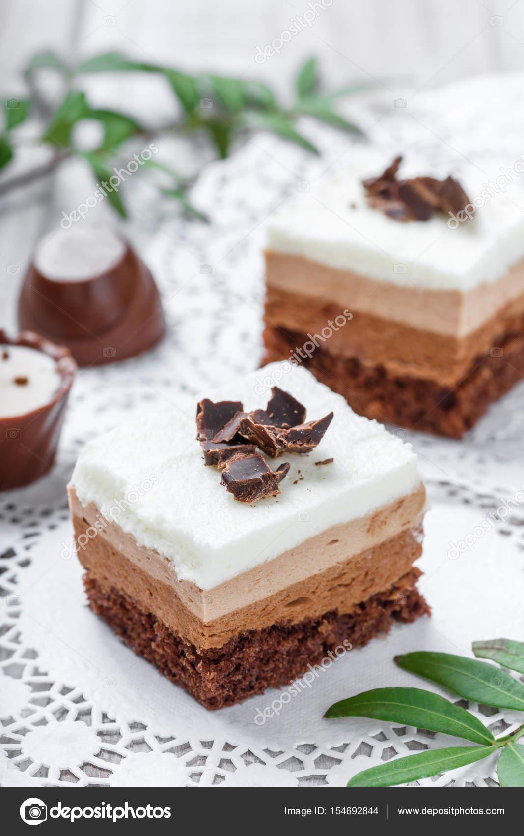 Mini torte con cioccolato bianco, cacao e caramelle su ...