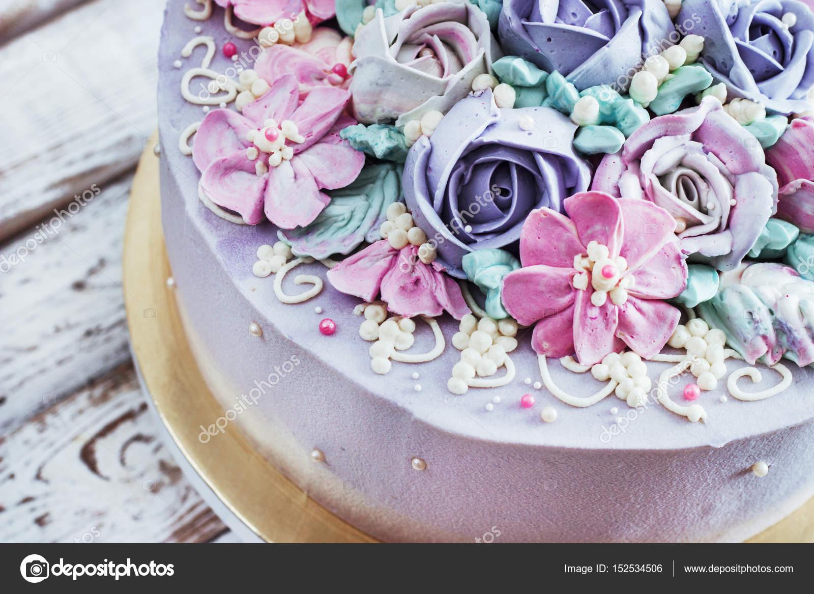 születésnapi torta Születésnapi torta, virágok Rózsa, fehér háttér — Stock Fotó  születésnapi torta