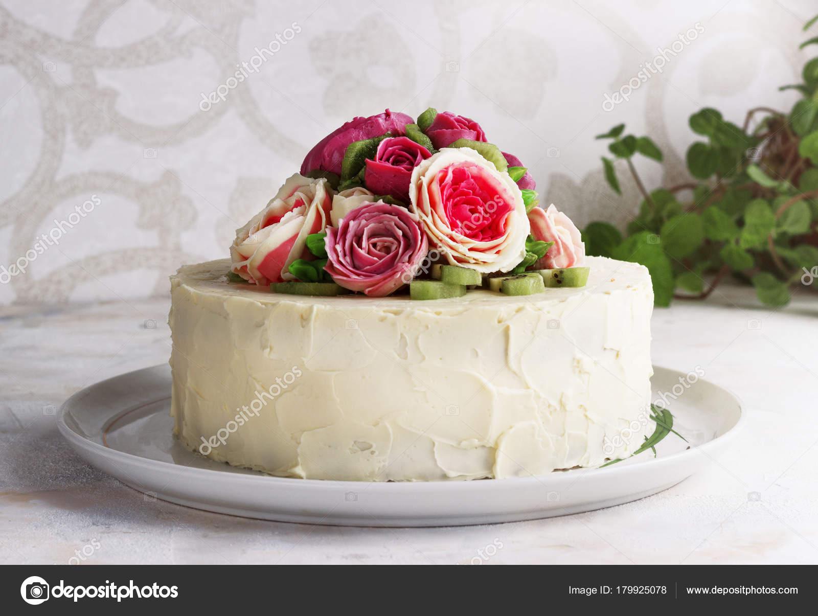 Gateau D Anniversaire Avec Des Fleurs Rose Sur Fond Blanc