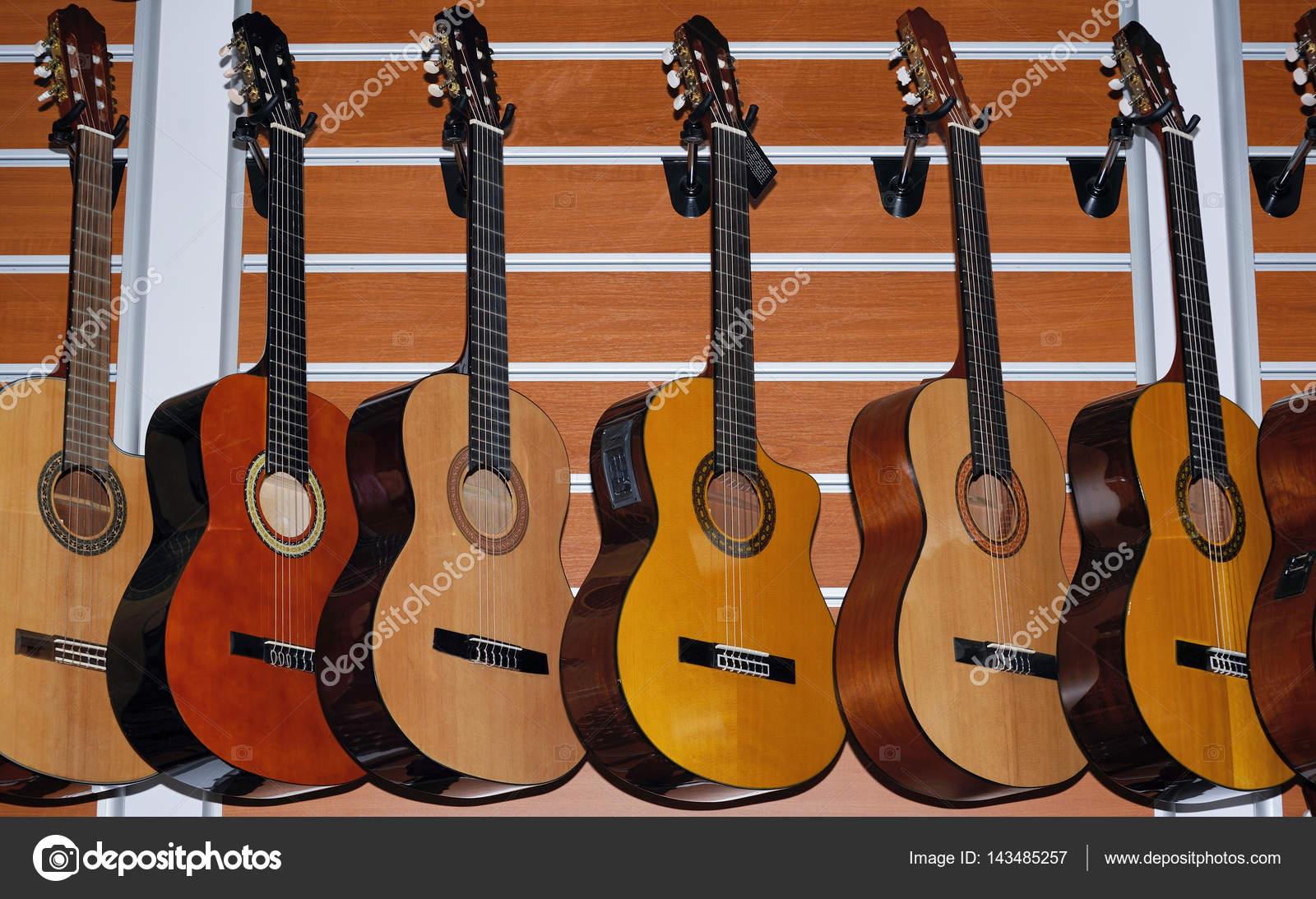 Wiersz O Klasycznej Gitary Akustycznej Zdjęcie Stockowe