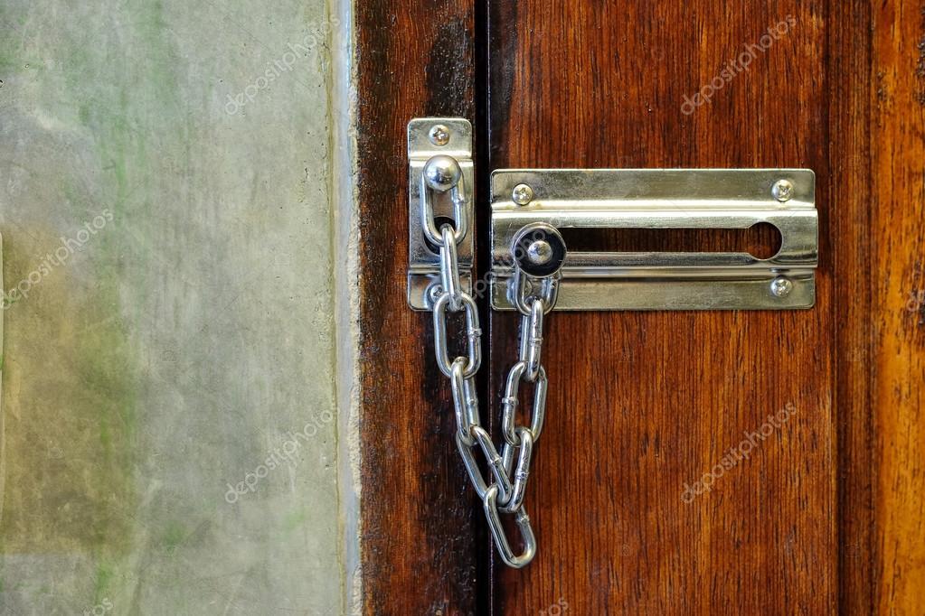 5989be7f3 Dispositivo de seguridad para la puerta de la cadena de seguridad a mano -  cadenas de seguridad para puertas con llave — Foto de poungsaed