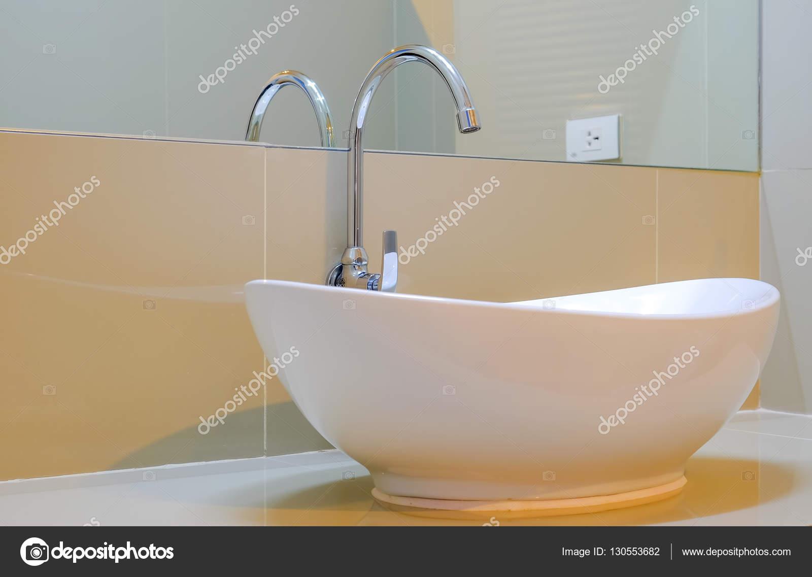 Grote Wastafel Badkamer : Grote witte wastafel met glas in de badkamer u stockfoto