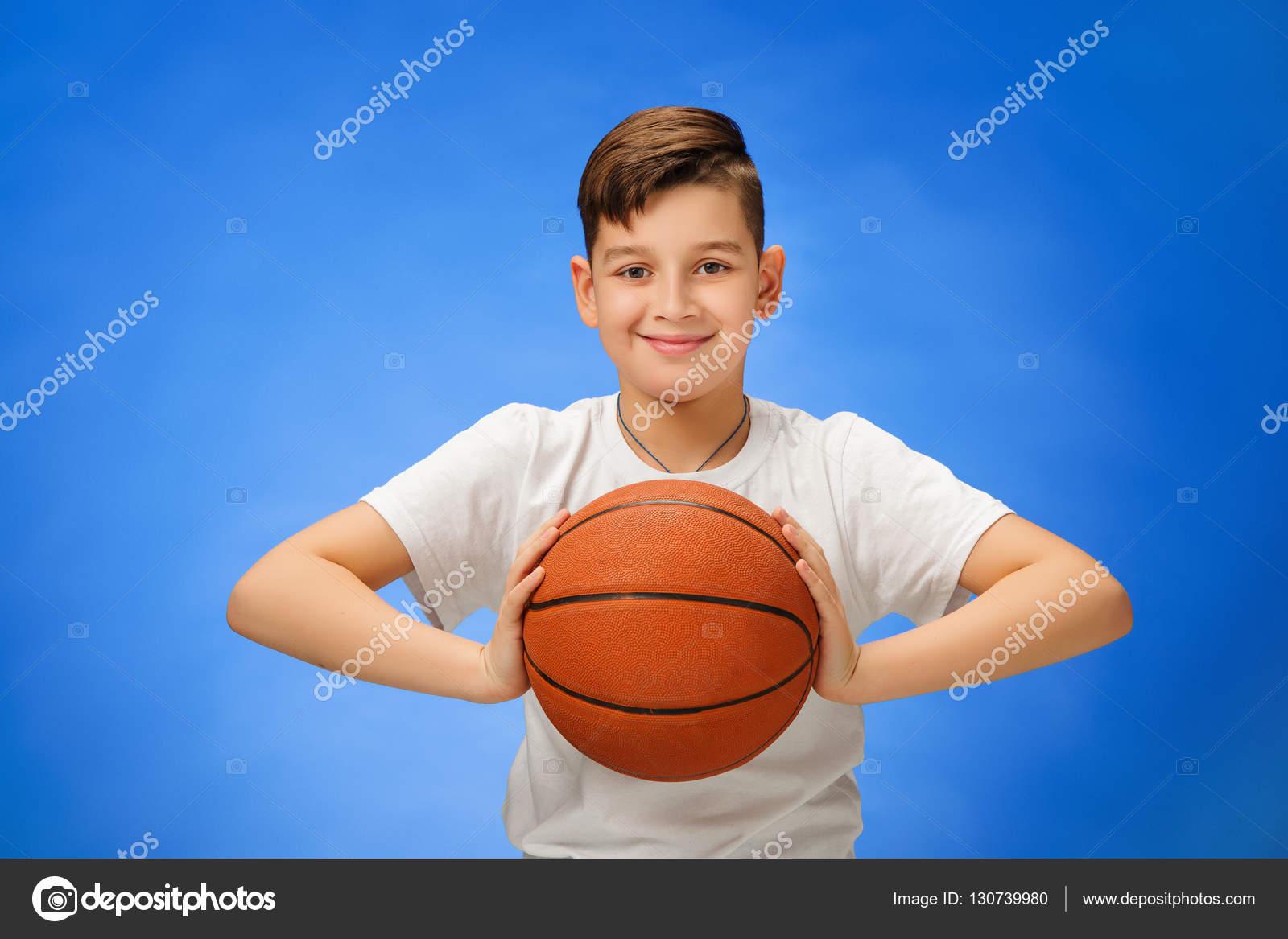 0d251573c1a Rozkošný 11 letý chlapec s míčem basketbal na modrém pozadí — Fotografie od  vova130555 gmail.com