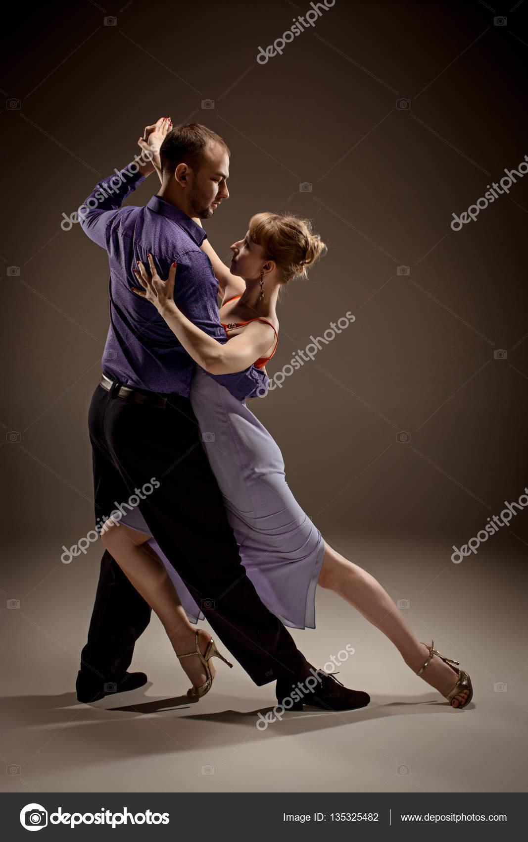 59a0230547a4 Mężczyzna i Kobieta tańczy się tango argentyńskie na studio szary tło —  Zdjęcie od vova130555 gmail.com