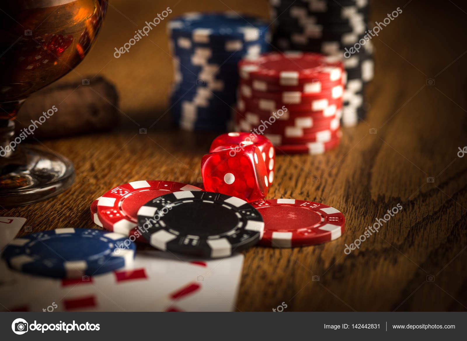 Cigarro Chips Para Juegos Beber Y Jugar A Las Cartas Fotos De