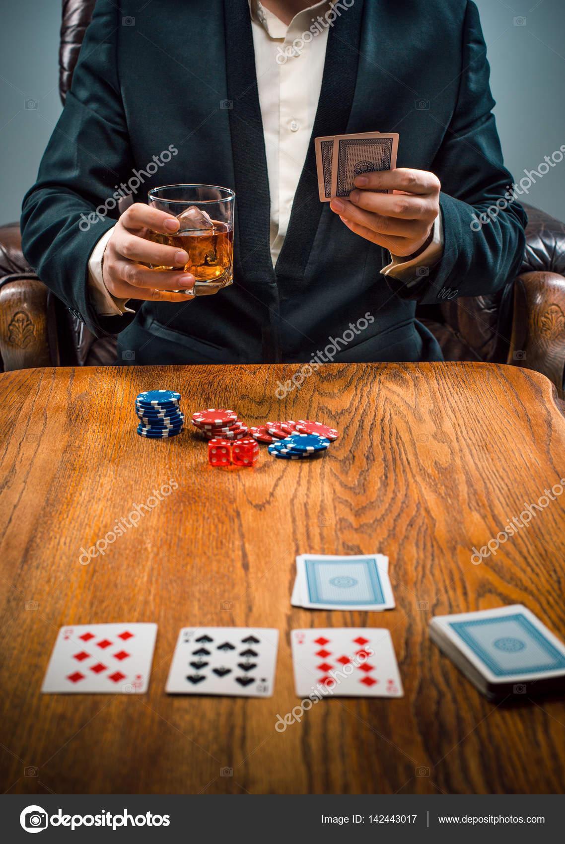 Las Fichas Para Juegos Beber Y Jugar A Las Cartas Fotos De Stock