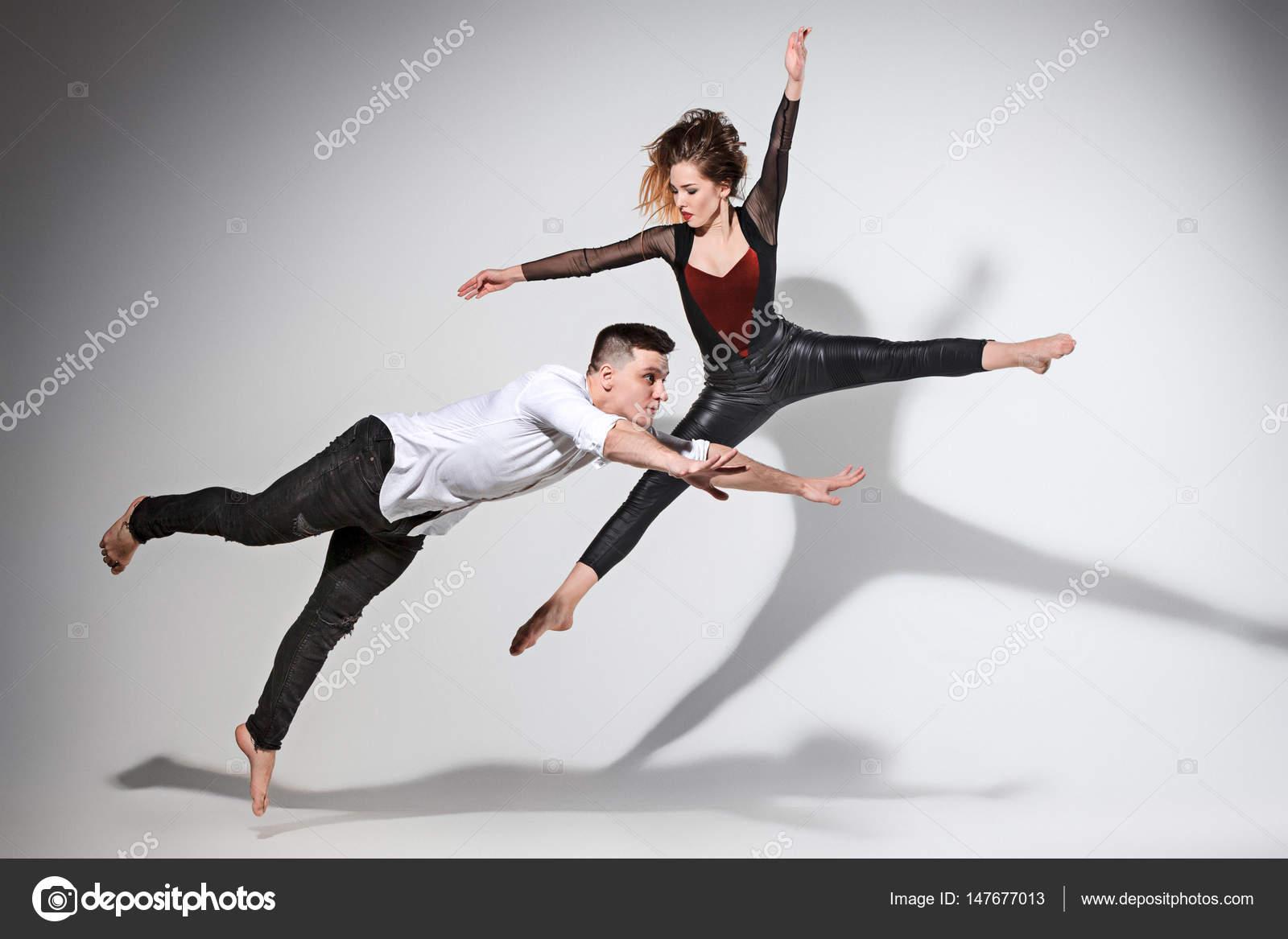 Zwei Leute, die tanzen im zeitgenössischen Stil — Stockfoto ...