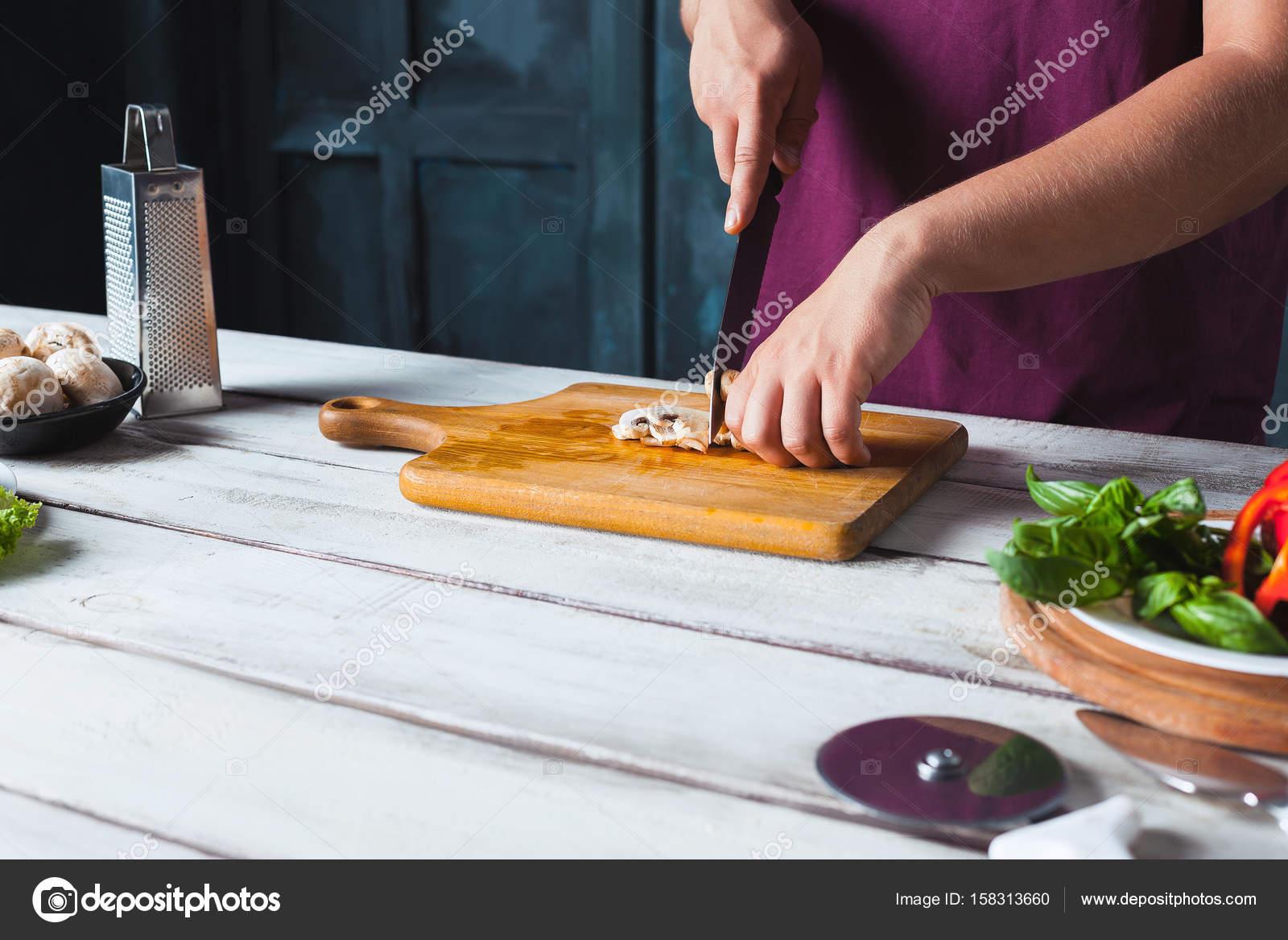 Closeup Hand des Chef-Bäcker machen Pizza in Küche — Stockfoto ...