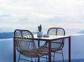 Le due sedie e un piccolo tavolo sulla bella terrazza con splendida vista sul mare