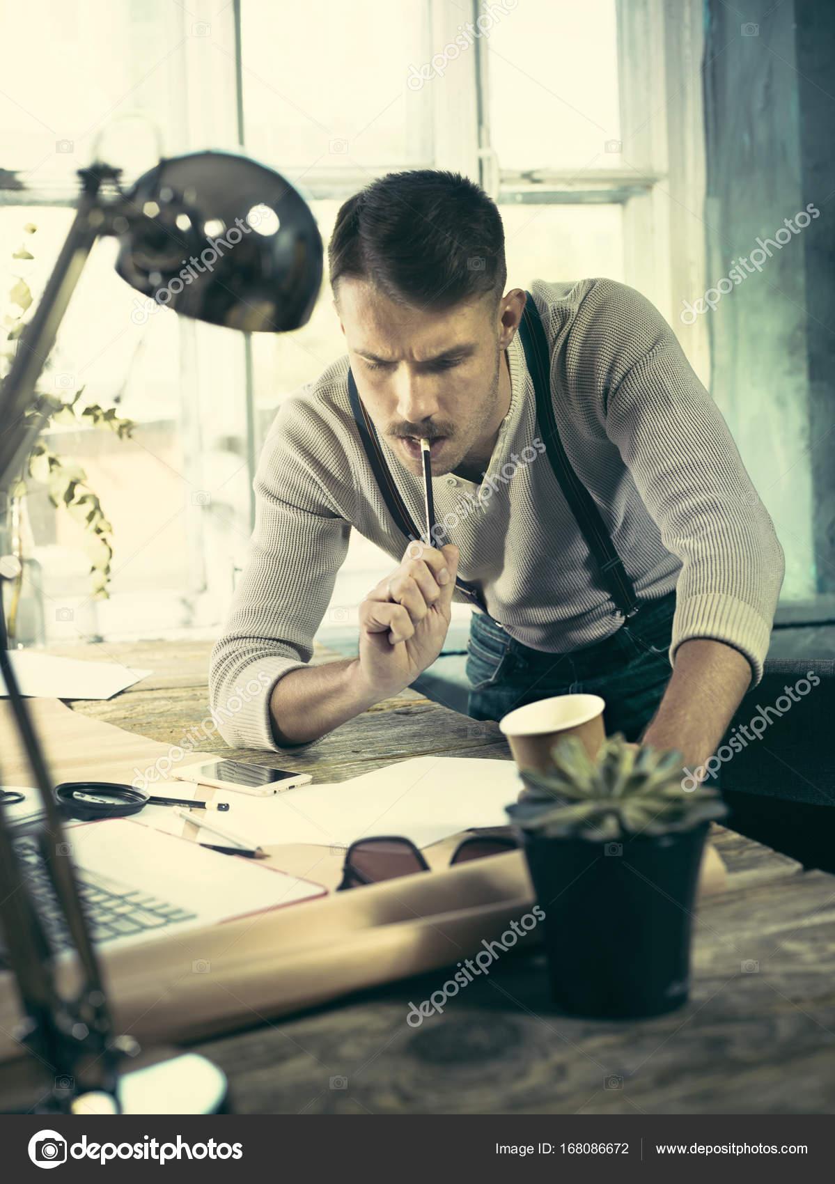 Architekten zeichnen Tabelle im Büro arbeiten — Stockfoto ...