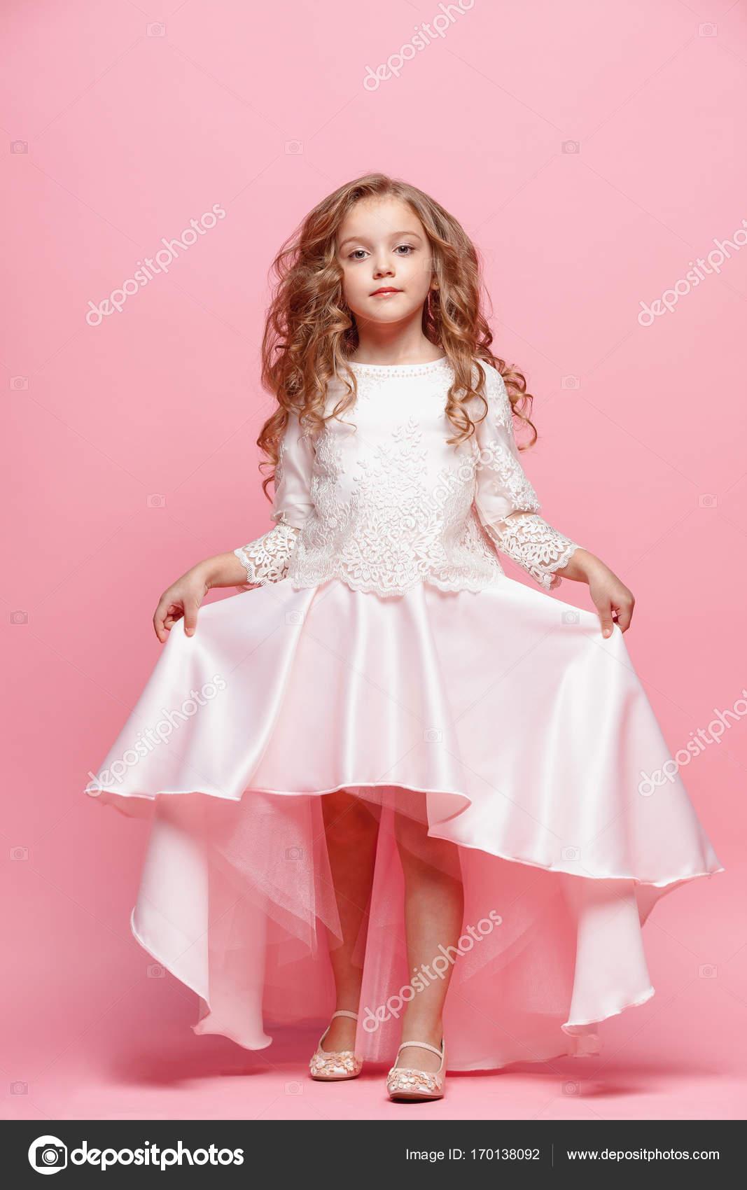ea44207254 Gyönyörű kislány ruha állandó és pózol, mint fehér háttér teljes hossza–  stock kép